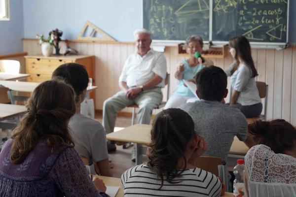 __re Waldorfschule Zeitzeuge Frau und Herr Fehringer vor Schulklasse 09-09-2016 Foto Hans Ferenz