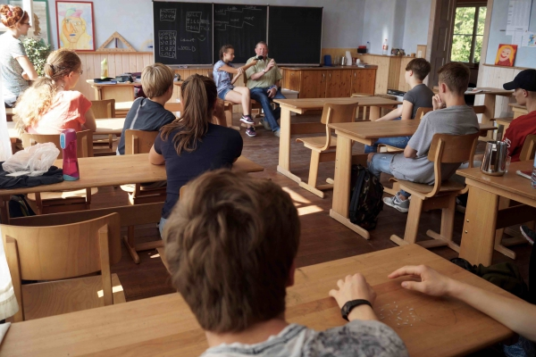 __re Waldorfschule Zeitzeuge Herr Ruhlandt vor Schulklasse 09-09-2016 Foto Hans FerenzDSC05520
